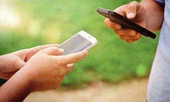 Können Kunden beim Einkauf digitale Technologien wie ein Smartphone nutzen, steigt der Erlebniswert.