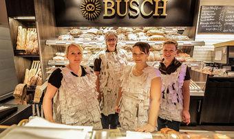 Der Kassenbon als Grundlage fürs Karnevalskostüm: Mitarbeiterinnen einer Büschfiliale zeigen, wie's geht.