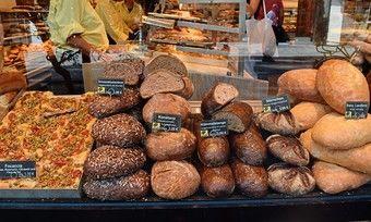 Zwei Brotsorten der Bäckerei Hinkel dienen einer Studie, um herauszufinden, ob kohlenhydratreduziertes Brot gut für die Gesundheit ist.