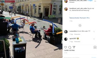 So sieht das aus, wenn Menschen mit Poolnudeln an Hüten in einem Café sitzen.