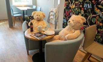 Besetzt: zwei Abstandsbären im Café Ableitner.