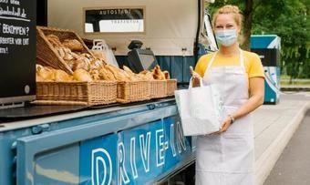Der Verkaufs-Bulli steht mit einer Verkäuferin als Drive-in für die Kunden bereit.