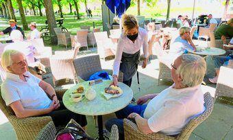 Im Sommer gut machbar: Corona-Auflagen lassen sich auf Terrassen leichter erfüllen, und Gäste fühlen sich außen wohler.