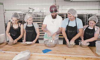 Das gemeinsame Backen gehört zum Konzept der Bakenight-Workshops.