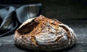Ein Kunde kauft ein Brot und lässt es für Bedürftige zurücklegen.