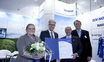 Martina Malcharek (von links) und Klaus-Jürgen Mader von Malzers Backstube erhalten das Zertifikat aus den Händen von Holger Hoffmann und Steffen Nölck TÜV Nord Cert.