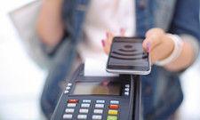 Smartphone hinhalten und bezahlen: Vor allem junge Verbraucher schätzen die Vorteile der bargeldlosen Zahlweise.