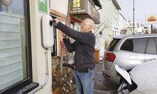 Wigbert Cramer lädt seinen E-Lieferwagen an der eigenen Stromzapfsäule.