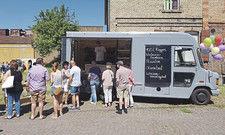 Bäcker fahren mit ihrem mobilen Angebot direkt zu den Kunden: ob auf den Wochenmarkt oder im Tourengeschäft – und auch per Brot-Truck, wie hier Brot-Purist Sebastian Däuwel.